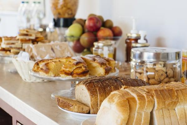 Bildli von Frühstücksbuffet einsetzen. On peut faire des économies sur la quantité de pain du buffet du petit déjeuner.